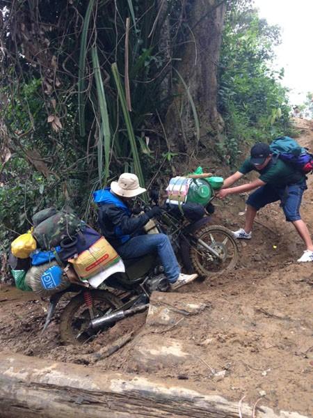 Dù bánh xe có quấn xích chuyên dụng, nhưng nhiều chỗ vẫn cần trợ giúp mới vượt qua được