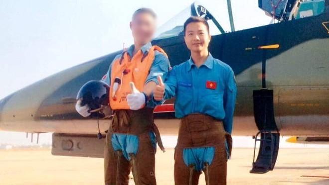 Học viên Phạm Đức Trung (áo xanh) cùng 1 đồng đội trong lần bay tập. Ảnh: Facebook