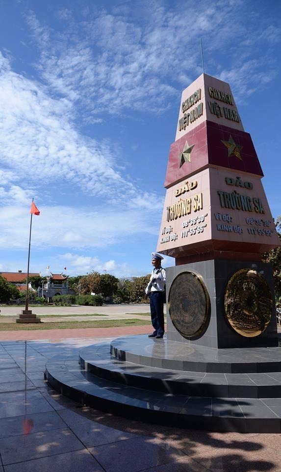 Chủ quyền tổ quốc Việt Nam luôn hiển hiện trên quần đảo Trường Sa và nơi thiêng liêng, quan trọng nhất là cột mốc chủ quyền (trên 9 đảo nổi) và các tấm bia chủ quyền (gắn trên các công trình lâu bền trên hơn 24 điểm đóng chốt ở 12 bãi đá, bãi cạn nửa nổi nửa chìm) của huyện đảo Trường Sa.