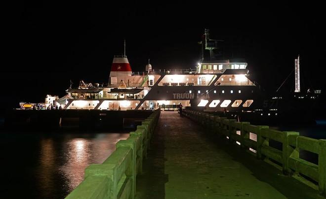 """Tàu Trường Sa 571 tại cầu cảng Trường Sa Lớn. Đây cũng là """"ngôi nhà chung"""" thân thương của hàng nghìn người từ mọi miền đất nước và cả nhiều kiều bào ở khắp nơi khi tham gia các Đoàn công tác ra thăm huyện đảo Trường Sa và các nhà giàn DK1."""
