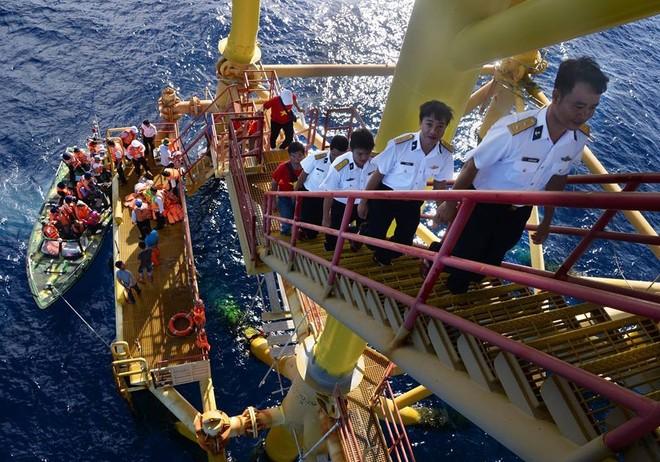 Các nhà giàn DK1 (Cụm công trình dịch vụ kinh tế - khoa học - kỹ thuật của Việt Nam) thế hệ thứ 2 và thứ 3 tại bãi ngầm Phúc Nguyên trên thềm lục địa phía Nam. Kể từ năm 1989, đây cũng chính là những cột mốc để bảo vệ chủ quyền và quyền chủ quyền trên vùng đặc quyền kinh tế của Việt Nam ở Biển Đông. Thường trực vận hành và bảo vệ các Nhà giàn DK1 là sứ mệnh thiêng liêng của cán bộ, chiến sĩ Tiểu đoàn DK1 và các Hải đội tàu mặt nước thuộc Vùng 2 Hải quân.