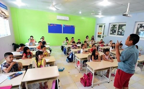 Từ Mỹ về nghỉ hè năm 2015, 2016, thần đồng Đỗ Nhật Nam liền đứng lớp dạy tiếng anh cho các bạn học sinh trường Pascal và Newton (Hà Nội)