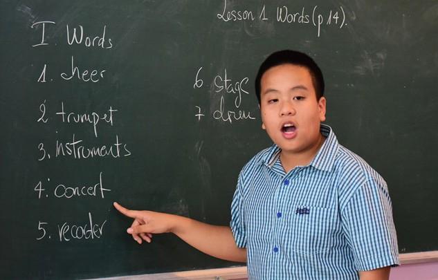 Thần đồng Đỗ Nhật Nam dạy tiếng anh cho các bạn học sinh trường Pascal và Newton (Hà Nội)