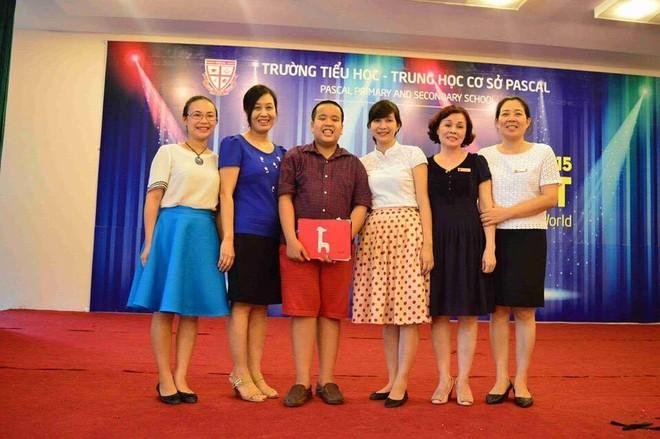 PGS.TS Nguyễn Thị Ngân Hoa (thứ 2 từ trái sang) cùng đại diện BGH trường Tiểu học và THPT Pascal chụp ảnh lưu niệm với thần đồng Đỗ Nhật Nam