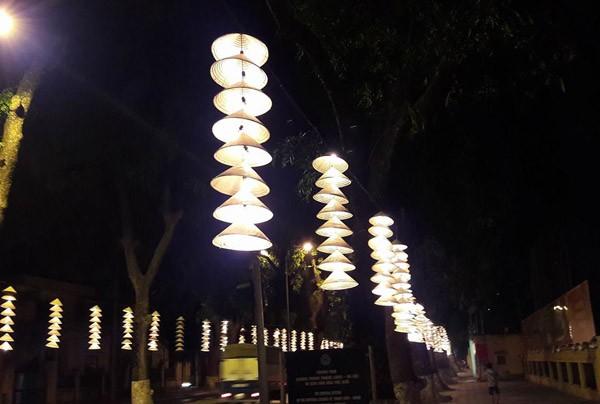 Nón lá được sử dụng làm đèn trang trí rất ấn tượng ở Festival áo dài
