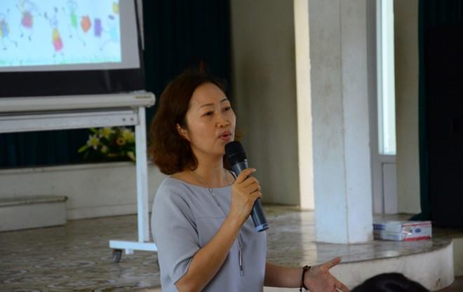 """Cô Nguyễn Vĩnh Hà - người """"chủ trì"""" chương trình, chia sẻ với các bạn học sinh về """"Sống để yêu thương""""."""