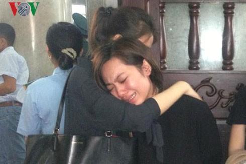 Người yêu của phi công Nguyễn Văn Tùng khóc ngất trong lễ tang