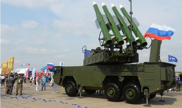 Figure 2 Một hệ thống tên lửa đất-đối-không Buk-M2E trưng bày tại Hội chợ vũ khí không gian vũ trụ quốc tế tại Zhukovsky gần Matxcova. Ảnh: Mikhail Voskresenskiy/RIA Novosti