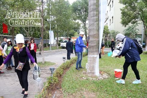 Phong trào dọn dẹp vệ sinh môi trường tại khuôn viên Viện Huyết học-Truyền máu Trung ương diễn ra sôi nổi.