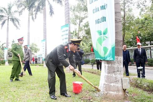 Lãnh đạo CATP chung tay tham gia làm sạch cảnh quan môi trường.