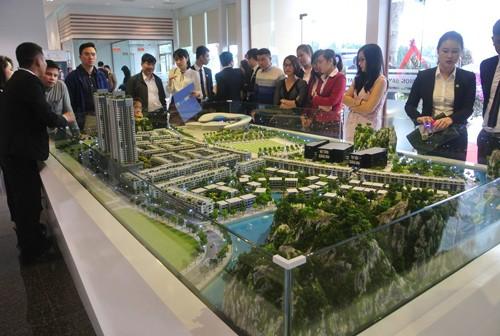 Các nhà đầu tư tham quan mô hình dự án Mon Bay