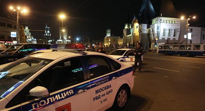 Cảnh sát và chó nghiệp vụ có mặt tại hiện trường sau khi nhận được thông tin đe dọa đánh bom (Ảnh: Sputnik)
