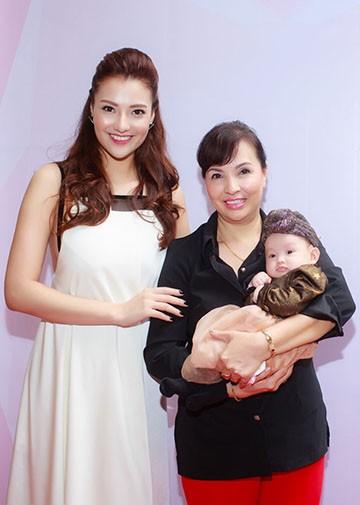 Hồng Quế lần đầu đưa con gái đi event