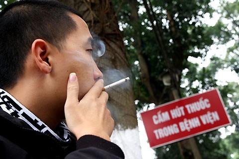 Khói thuốc lá vẫn vô tư bay ở nơi công cộng