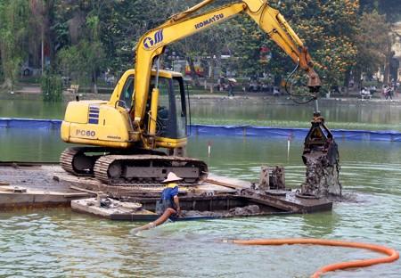 Việc nạo vét, làm sạch Hồ Gươm từng nhiều lần được thử nghiệm triển khai, nhưng lần nào cũng có ý kiến phản đối