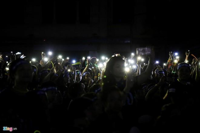 Tắt đèn, bật điện thoại, thắp nến hưởng ứng Giờ Trái đất