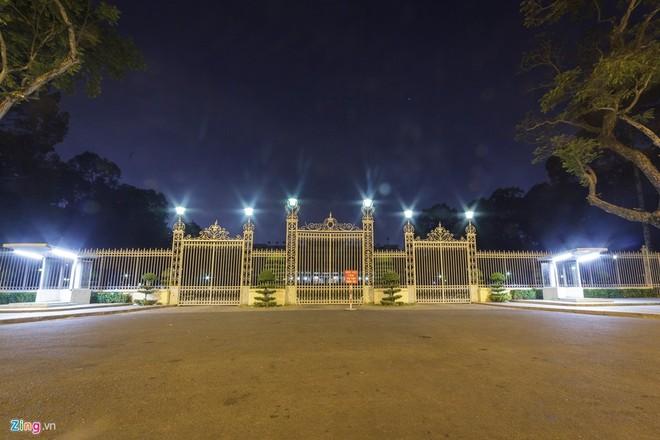 Dinh Độc Lập cũng được tắt điện từ 20h30 đến 21h30, chỉ các bóng đèn ở phía hàng rào là bật sáng.