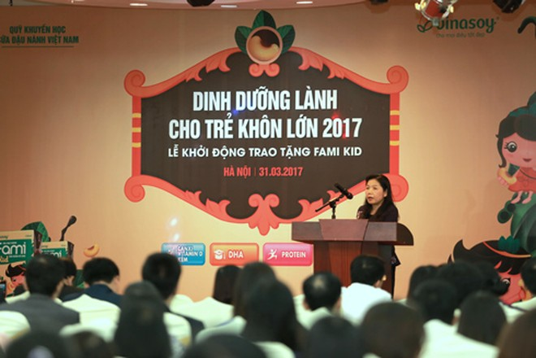 PGS.TS Lê Bạch Mai, Phó Viện trưởng Viện Dinh dưỡng Quốc gia phát biểu lợi ích của sữa đậu nành trong học đường