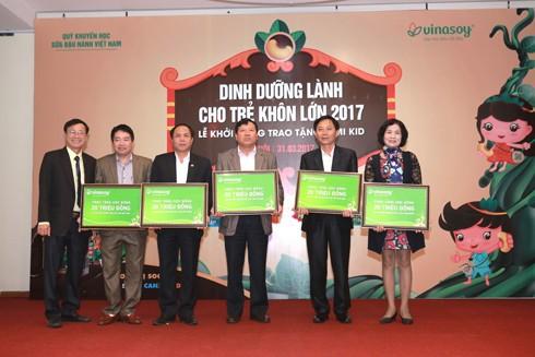 Ông Ngô Văn Tụ - Giám đốc Quỹ khuyến học sữa đậu nành Việt Nam trao tặng 100 phần học bổng trị giá 100.000.000 cho đại diện các Sở Giáo dục địa phương nơi thụ hưởng chương trình