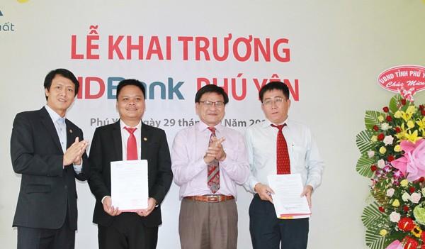 Đại diện Ban lãnh đạo HDBank trao quyết định thành lập Chi nhánh và quyết định bổ nhiệm cho ông Huỳnh Quốc Thi – Giám đốc HDBank Phú Yên