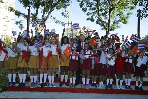 Bộ trưởng Tô Lâm trò chuyện với người dân sống gần khu vực tượng đài, thăm hỏi, nói chuyện thân mật với Hội hữu nghị Việt Nam - Cuba và các cháu học sinh Cuba.