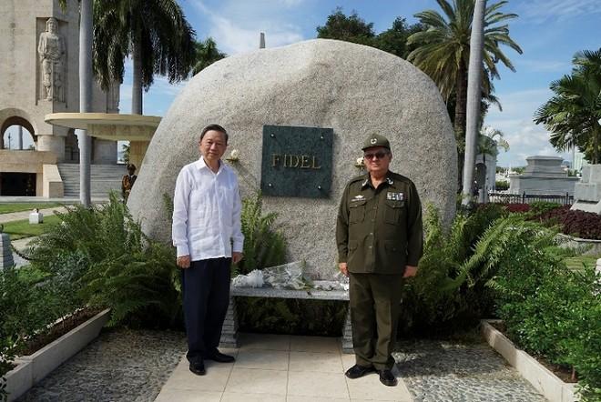 Bộ trưởng Tô Lâm và Bộ trưởng Bộ Nội vụ Cuba Cesar Gandarilla Bermejo đã tới đặt hoa viếng lãnh tụ Fidel Castro.