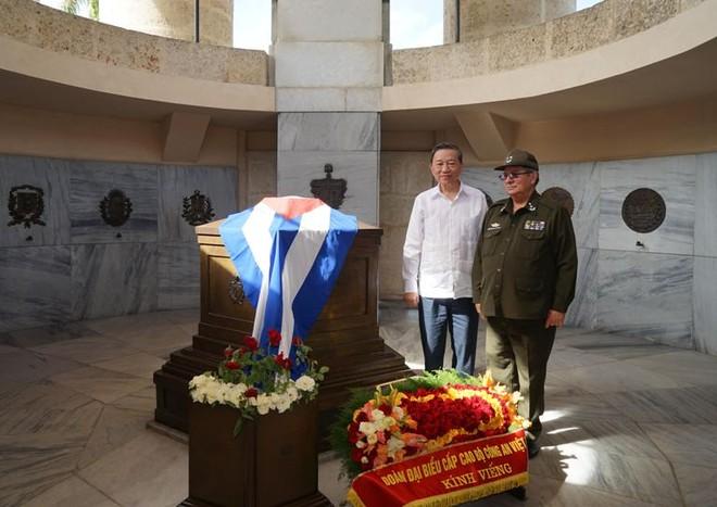 Bộ trưởng Tô Lâm dẫn đầu Đoàn đại biểu cấp cao Bộ Công an đặt hoa viếng Anh hùng dân tộc Cuba Jose Marti.