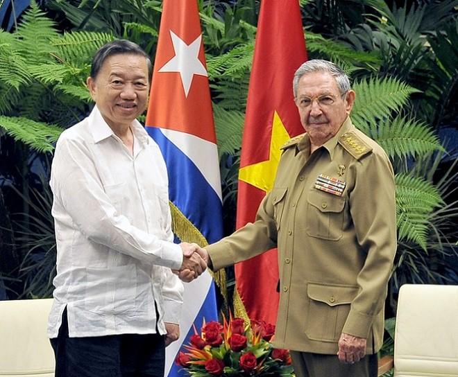Chủ tịch Cuba Raúl Castro và Bộ trưởng Tô Lâm.