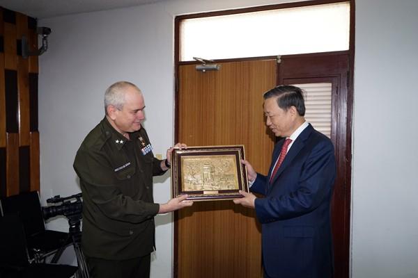 Bộ trưởng Tô Lâm tặng quà Giám đốc Bệnh viện CIMEX Cuba.