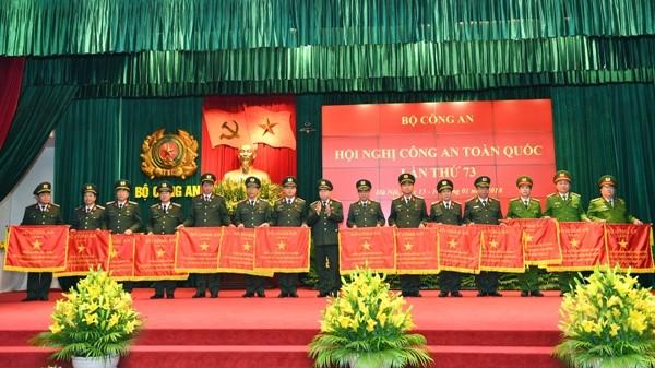 Các đồng chí Thứ trưởng Lê Quý Vương (ảnh trên) và Thứ trưởng Bùi Văn Nam (ảnh dưới) trao Cờ thi đua của Bộ Công an tặng các tập thể có thành tích xuất sắc trong năm công tác 2017