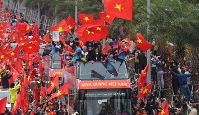 Xe chở U23 Việt Nam trong sự chào đón nồng nhiệt của người hâm mộ. Ảnh: Zing
