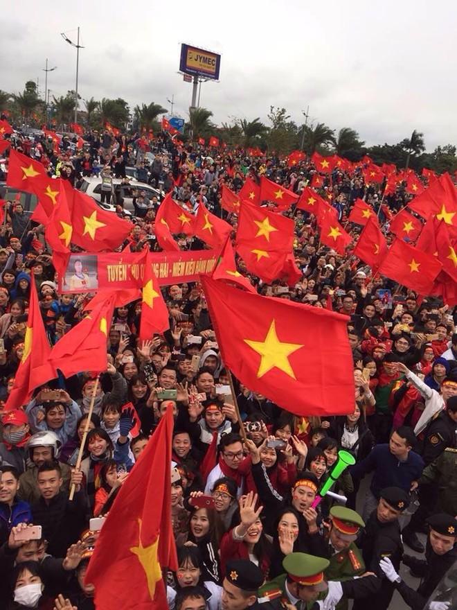 Cổ động viên cuồng nhiệt chào đón U23 Việt Nam