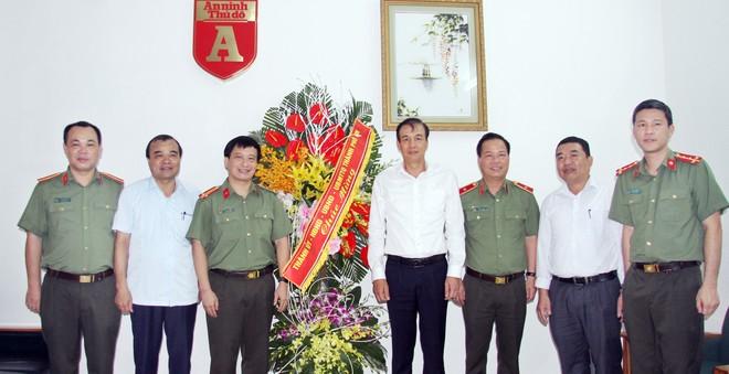 Phó Bí thư Thành ủy Đào Đức Toàn (thứ tư từ phải sang) cùng Phó Giám đốc CATP Đoàn Ngọc Hùng (thứ ba từ phải sang) chúc mừng cán bộ chiến sỹ Báo An ninh Thủ đô
