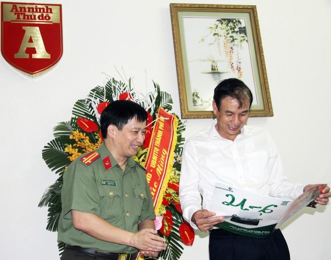 Tổng biên tập Nguyễn Thanh Bình giới thiệu và tặng Phó Bí thư Thành ủy Đào Đức Toàn ấn phẩm đặc biệt của Báo An ninh Thủ đô chào mừng Ngày báo chí Cách mạng Việt Nam 21-6