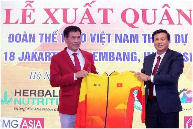 Ông Lê Văn Thành, Chủ tịch HĐQT Công ty CP Động Lực trao trang phục cho đại diện Tổng cục TDTT tại buổi Lễ xuất quân của Đoàn TTVN tham dự ASIAD 2018