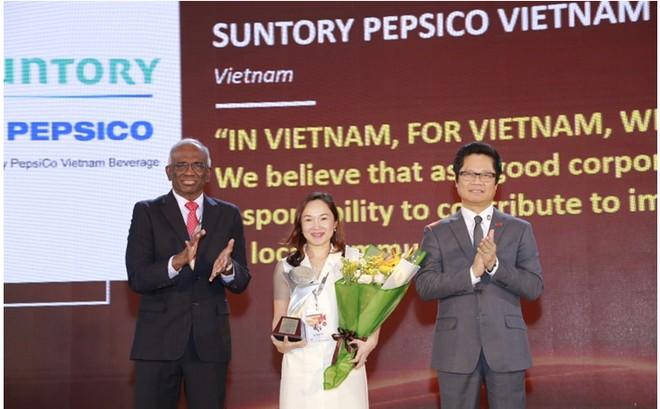 Văn Thị Anh Thư – Phó TGĐ cấp cao phụ trách nhân sự – đại diện Suntory PepsiCo Việt Nam nhận giải thưởng The Asia Human Resource Development 2018 từ Ban tổ chức