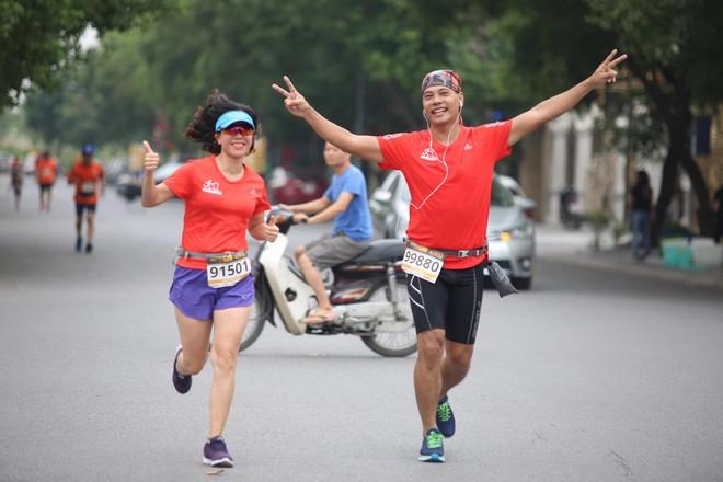 Một cặp đôi tỏ ra rất hạnh phúc khi cùng chinh phục 42km Longbien Marathon 2018