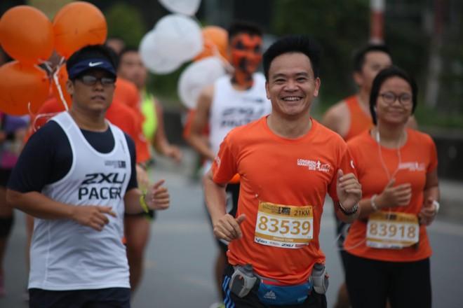 Vẻ hào hứng của một VĐV giải Longbien Marathon 2018