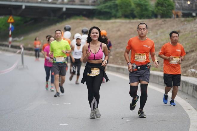 Một nữ runner chạy giải Longbien Marathon với mái tóc dài buông rất đẹp