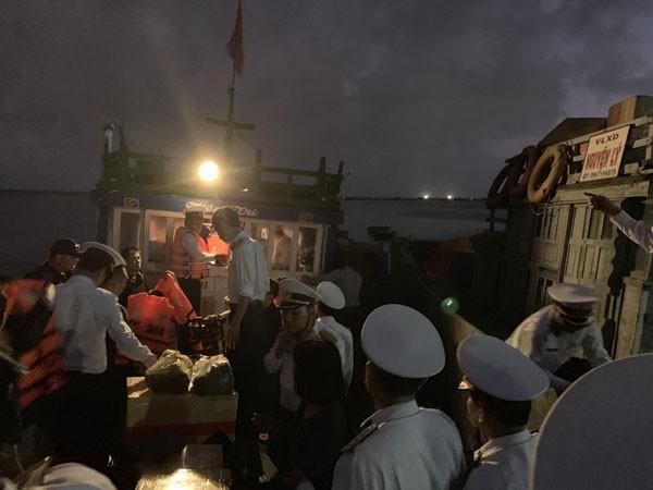 Đoàn công tác Vùng 3 Hải quân lên chiếc tàu cá nhỏ bé để ra tàu 364 trở về Đà Nẵng