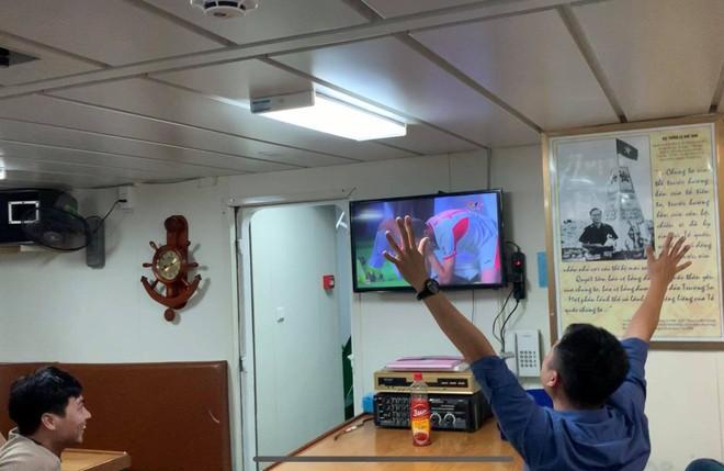Một phóng viên ăn mừng chiến thắng của đội tuyển Việt Nam trên phòng sinh hoạt Câu lạc bộ tàu 364