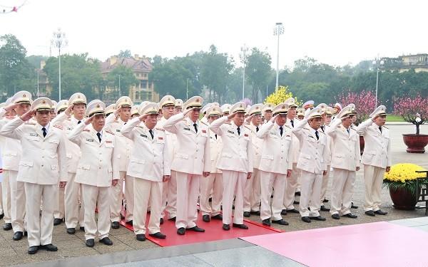 Bộ trưởng Tô Lâm và các đồng chí trong Đoàn tưởng nhớ anh linh Chủ tịch Hồ Chí Minh.