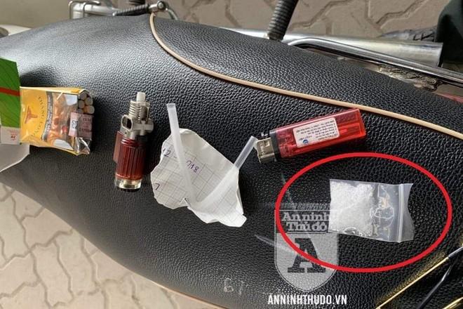 Gói ma túy đá và dụng cụ hút được tìm thấy trong hộp bánh cốm mà đối tượng cất giấu