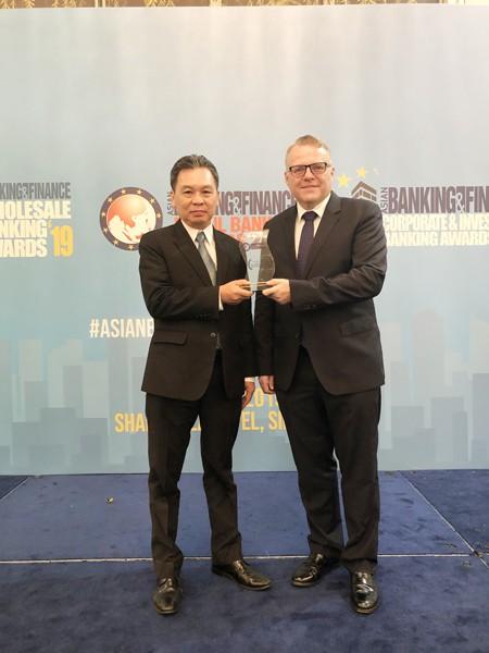 Đại diện lãnh đạo HDBank, ông Trần Hoài Phương – Phó Giám đốc Khối KHDN nhận giải thưởng từ BTC