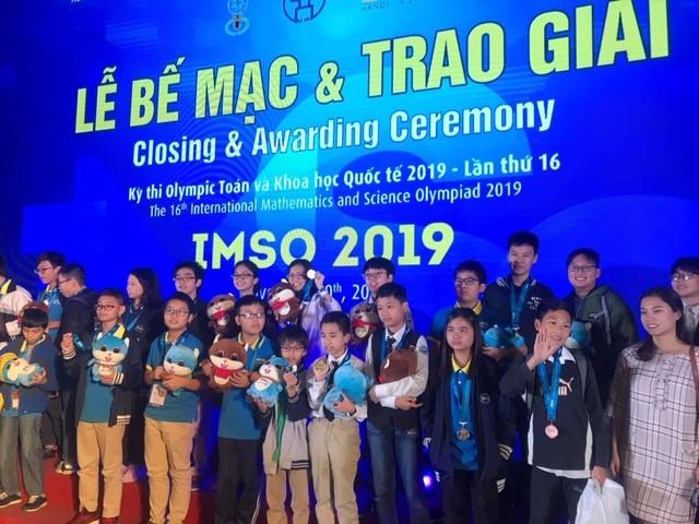 Các học sinh vui mừng tại lễ trao giải kỳ thi IMSO 2019