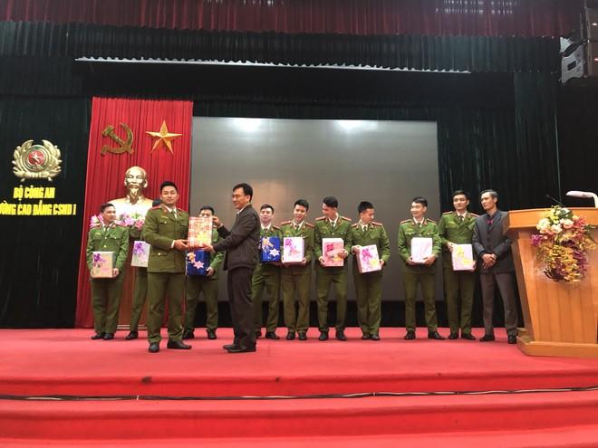 Khen thưởng một số học viên đạt kết quả thực hành cao nhất