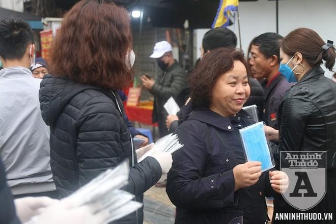 Người dân vui mừng và cảm kích sau khi được nhận khẩu trang miễn phí tại điểm phát 50 Đặng Thai Mai, Tây Hồ, Hà Nội