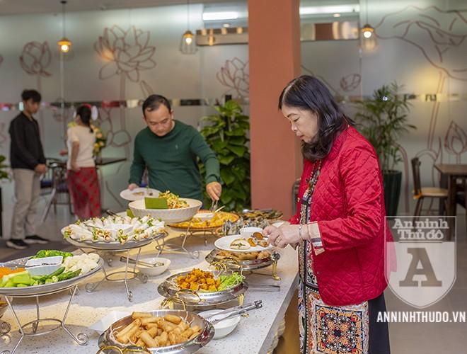 Ngày càng có nhiều người ăn chay để đảm bảo sức khỏe. Ảnh: Thực khách thưởng thức món ăn tại nhà hàng chay thực dưỡng Padman (Cầu Giấy, Hà Nội)