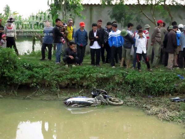 Xe máy mất lái lao xuống hồ, 2 thanh niên tử nạn ảnh 2