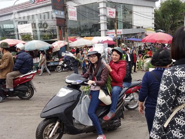 Đổ xô đi mua hoa giá rẻ gây ùn tắc cục bộ trên đường Âu Cơ ảnh 8